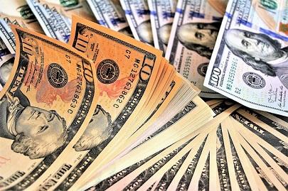 В США на автотрассе из бронегрузовика на ходу посыпались деньги: водители собирали «урожай»