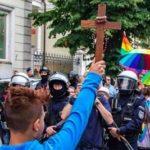 В Польше 15-летний подросток в одиночку вышел с Распятием Христа против гей-парада