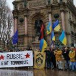 В Париже бандеровцев, вышедших на митинг против России, закидали яйцами