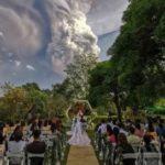 Филиппины: вулкан начал извергаться, но свадьбу рядом с ним продолжили