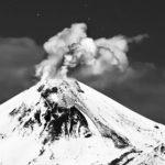 На Камчатке вулкан Авачинский выбрасывает мощные струи пара