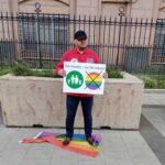 У здания посольства США в Москве растоптали флаги ЛГБТ и потребовали от извращенцев убираться восвояси