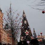 Креатив в Киеве: вместо традиционной елки — искусственная на огромном пне