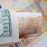 """<span class=""""title"""">Рубль в ходе торгов выигрывает у доллара более 6 копеек, но слегка уступает евро</span>"""
